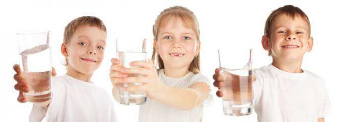 Дети пьют очищенную воду