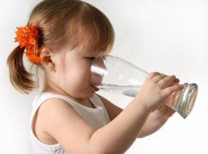 ребёнок вода стакан